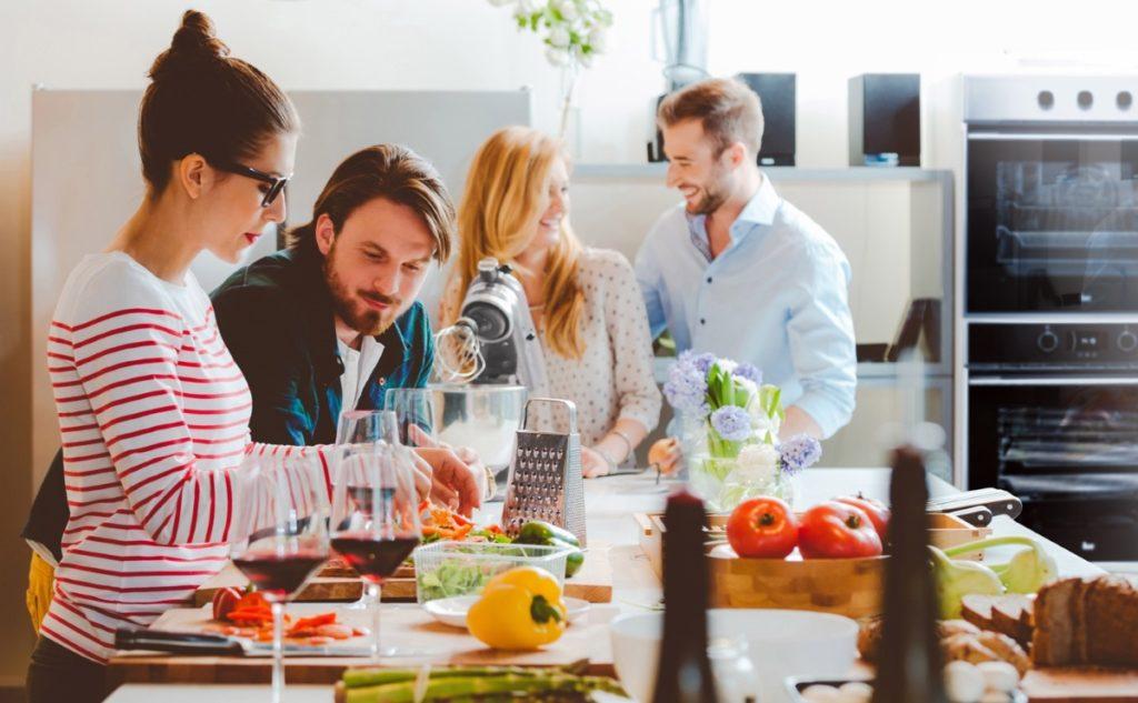 Bucătării moderne: idei de amenajare și sfaturi utile pentru o bucătărie modernă